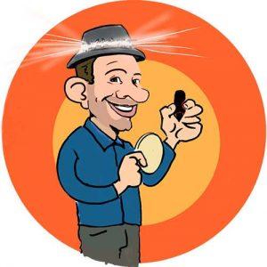 Achterop een bierviltje staat de sneltekenaar met een pen in zijn hand en een karikatuur in zijn andere hand en hij heeft een hoedje op met lichtjes erin