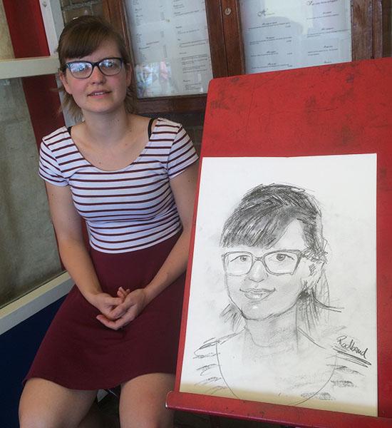lijkend portret van een jonge dame met bril.