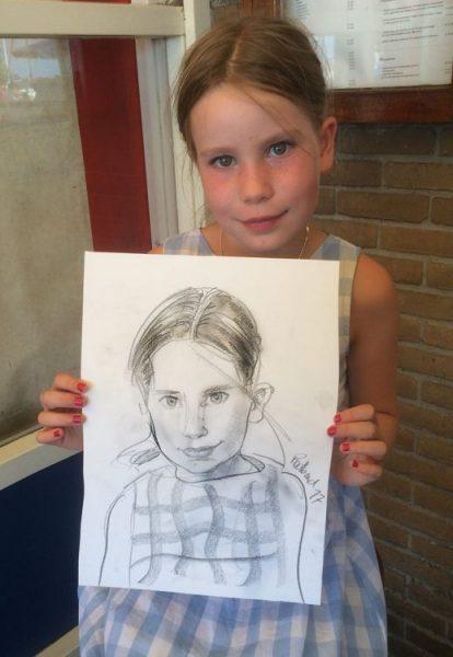 portret van een meisje van de zeilclub dat lief naar de sneltekenaar kijkt