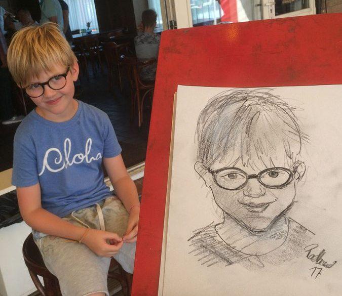 klassiek snelportret van een jongetje met bril op de rode stalen schildersezel