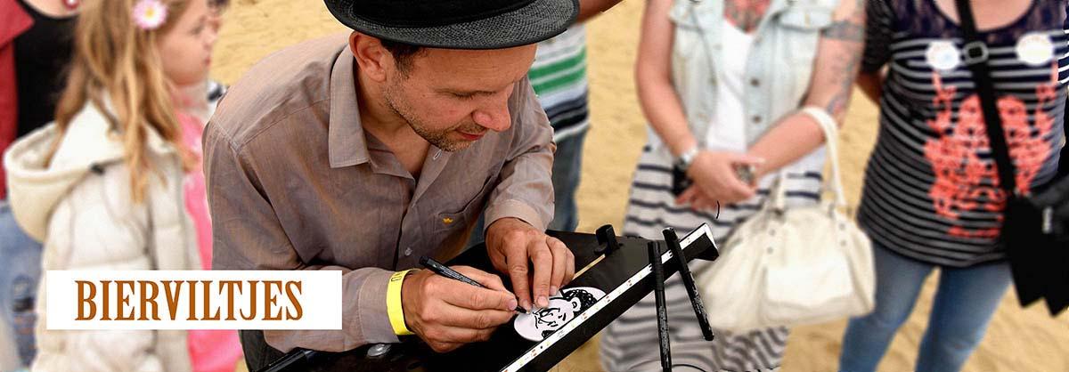 Sneltekenaar Radboud tekent cartoontje in zwart-wit op festival Almere