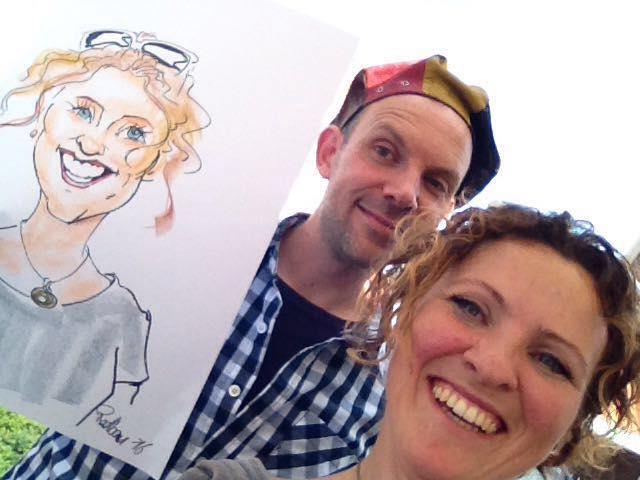 Sneltekenaar Radboud met baret toont tekening Madelon als karikatuur op papier