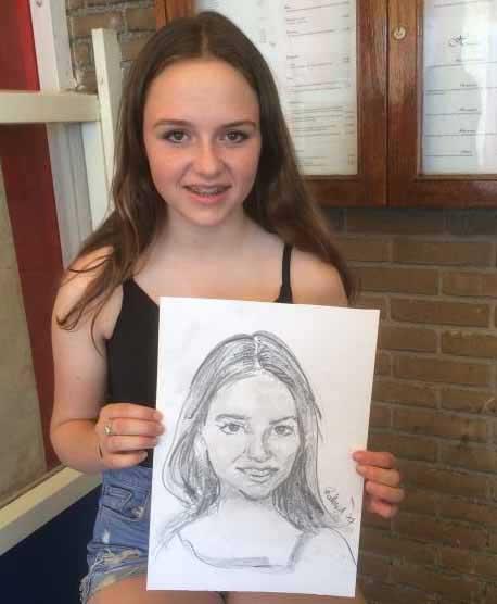 Meisje getekend met grafietstift, hotskool, potlood en gum door portret artiest, portrettist